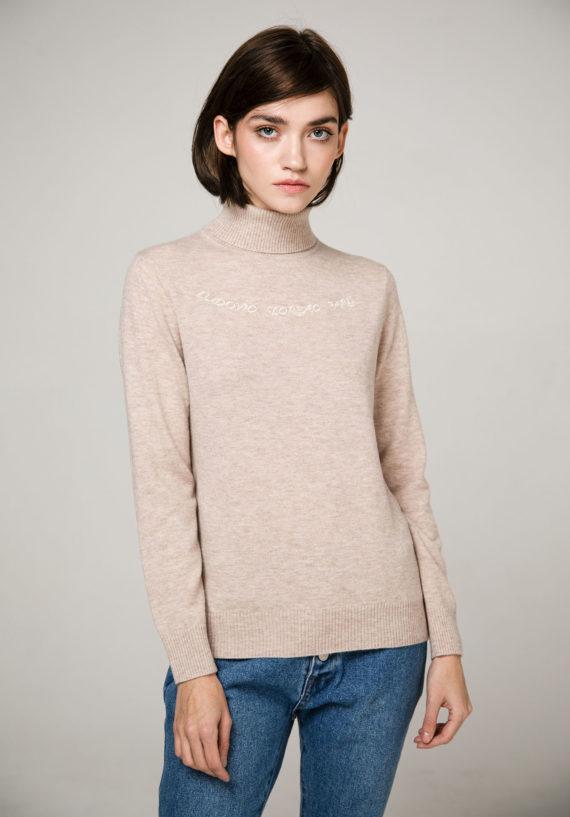Пуловер песочного цвета с декоративной вышивкой